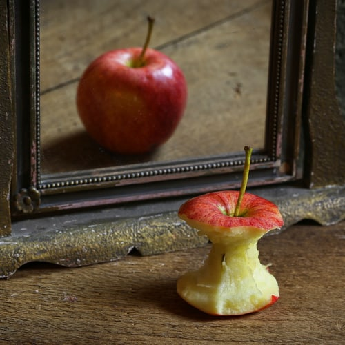 apple,reflecting,in,the,mirror